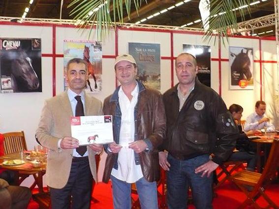 Christophe Lesourd reçoit le Trophée des mains de Karim Khaldi et Stéphane Litas, de Cheval Pratique